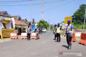 Polisi Tutup Akses Masuk Sejumlah Objek Wisata Pantai di Jember