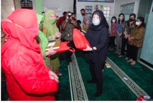 Temui Muslimat NU, Puan Berikan Al-Qur'an dan Sosialisasikan Pentingnya Prokes