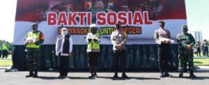Gubernur Jawa Timur Didampingi Kapolda Jatim beserta  Irdam V Brawijaya melepas Bantuan Bakti Sosial Bhayangkara Untuk Negeri