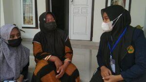 Mahasiswa KKN Universitas Jember Dampingi UMKM Di Sepanjang Glenmore Belajar Dan Berlatih Strategi Bisnis Di Tengah Masa Pandemi Covid-19
